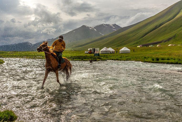 Af en toe galoppeert een paardenherder voorbij, op zoek naar zijn dieren.  Beeld Noël van Bemmel