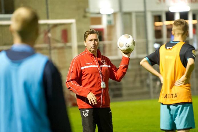 """Trainer Anjo Wintermans van Advendo is blij met de trainingsopkomst dit seizoen. """"Deze groep is leergierig en toont volop inzet."""" foto Else Loof/Pix4Profs"""