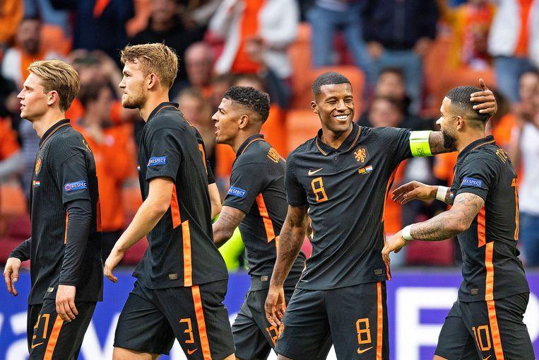 Oranje loopt voldaan terug naar de middenstip na de 2-0 van Georginio Wijnaldum die Depay liefdevol toelacht. Frenkie de Jong, Matthijs de Ligt en Patrick van Aanholt lopen mee. Beeld Guus Dubbelman / de Volkskrant