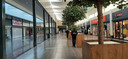 Het is rustig in het winkelcentrum Etten-Leur. Links zijn alle kledingwinkels dicht en donker.