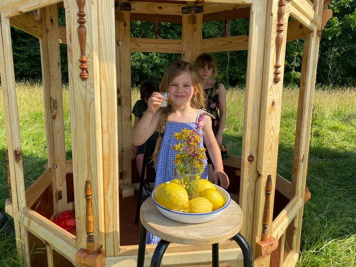 Jong geleerd... de dochters van Mong schenken limonade