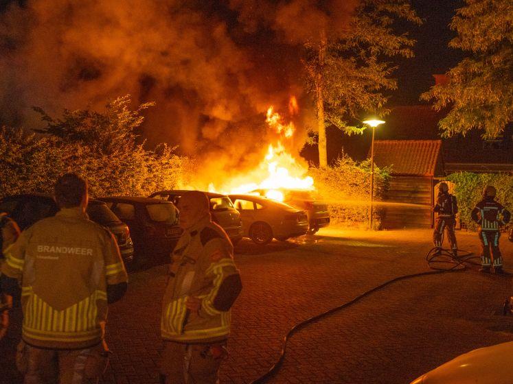 Twaalfde autobrand in Deventer dit jaar, bewoners zien mensen wegrennen