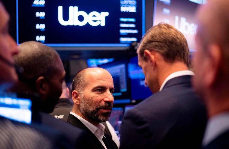 Uber-CEO Dara Khosrowshahi praat met traders op de New York Stock Exchange.  Beeld AFP