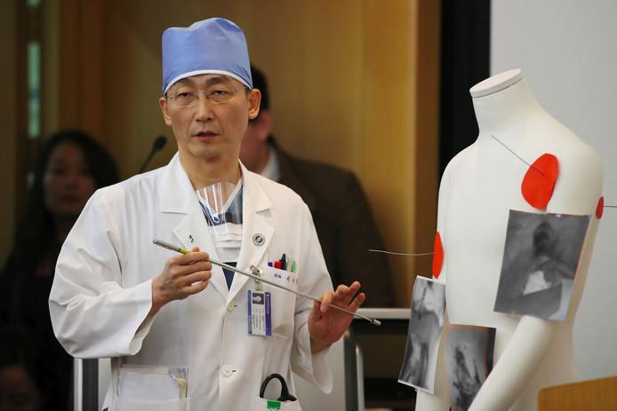Dokter Lee Cook-jong geeft toelichting op de conditie van de militair.