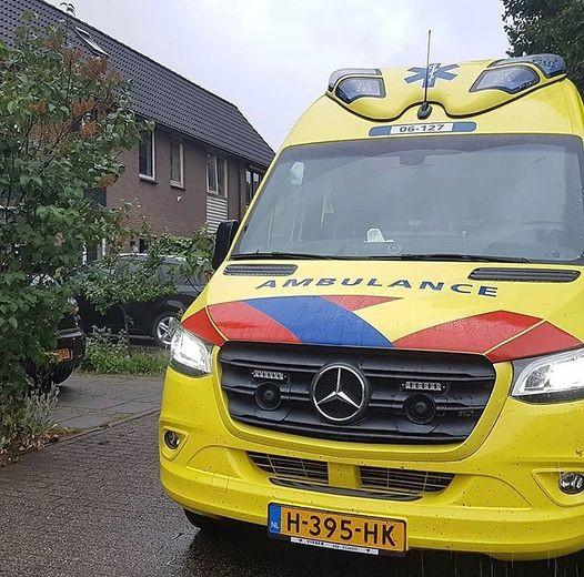 Of die ambulance niet eens aan de kant kan, vraagt een boze automolist.