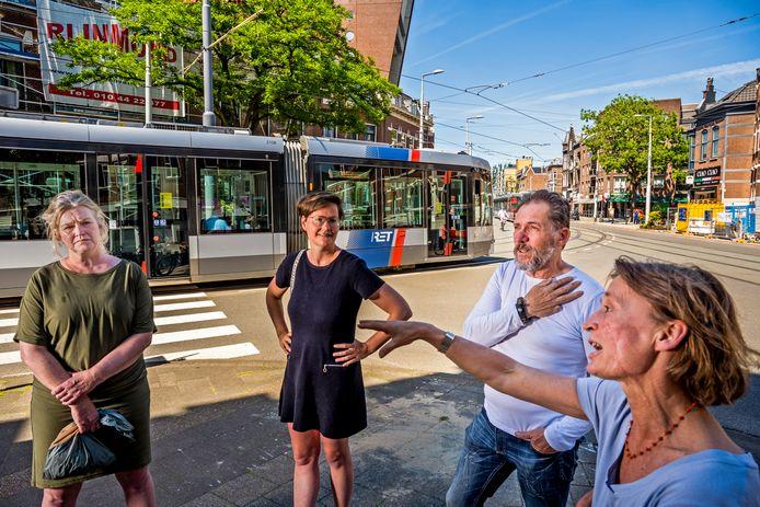 Karine Schenkeveld, Thalia Verkade en Ted Boghmans (vlnr) gaan op de drukke Bergweg in discussie met buurtgenote Nastasja de Leeuwe (rechts)