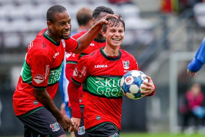 NEC'er Dirk Proper (met bal) viert zijn doelpunt tegen FC Eindhoven.