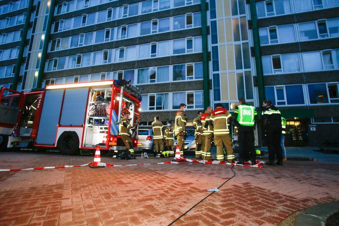 Hulpdiensten overleggen voor de flat aan de Gerard van Lomstraat in Gorinchem. Maandagochtend brak er brand uit in de kelder van de flat en moesten zestig woningen worden ontruimd.