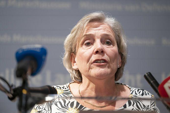 Demissionair Defensieminister Ank Bijleveld zegt op haar ministerie dat ze aftreedt nadat haar partijtop crisisoverleg heeft gevoerd.