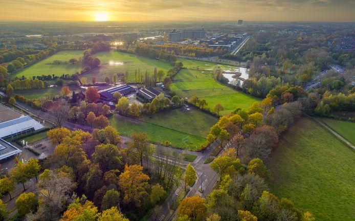 De Eindhovense Manege aan de Genneperweg in Genneper Parken in Eindhoven. Het gebied richting Prof. Holstlaan (achter) wordt toegankelijker voor wandelaars door de aanleg van extra paden.