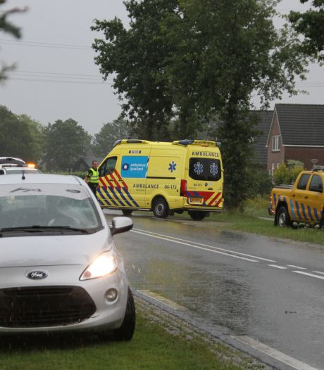 Fietser bij Raalte geschept door auto en gewond afgevoerd naar het ziekenhuis