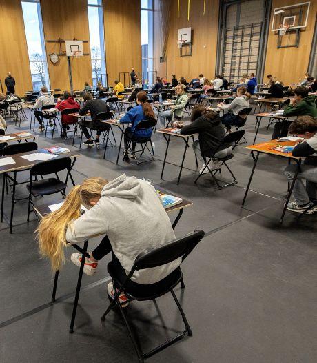 Leraar op computerscherm, ′n avondje naar de film kan niet meer: scholieren kunnen corona-ervaringen verwoorden in dichtwedstrijd