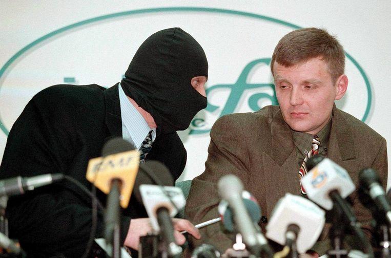 Aleksandr Litvinenko tijdens een persconferentie in 1998. Beeld epa