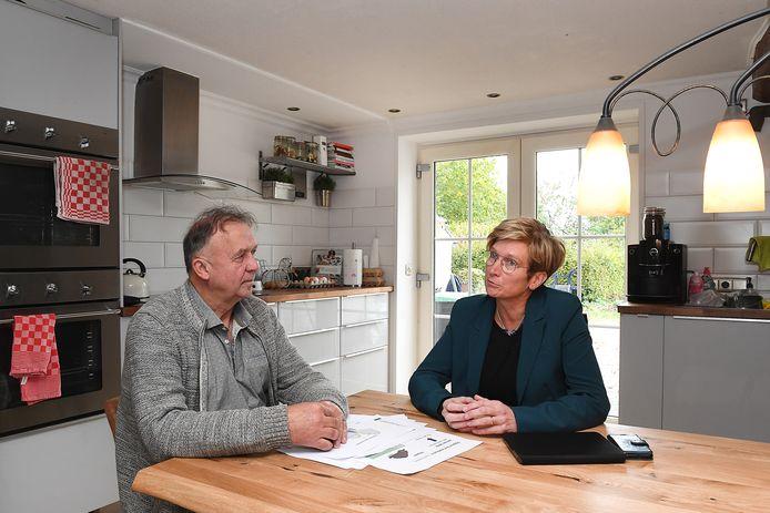 Martien van den Hoven en Mechie Beurskens, samen aan de keukentafel van Martien.