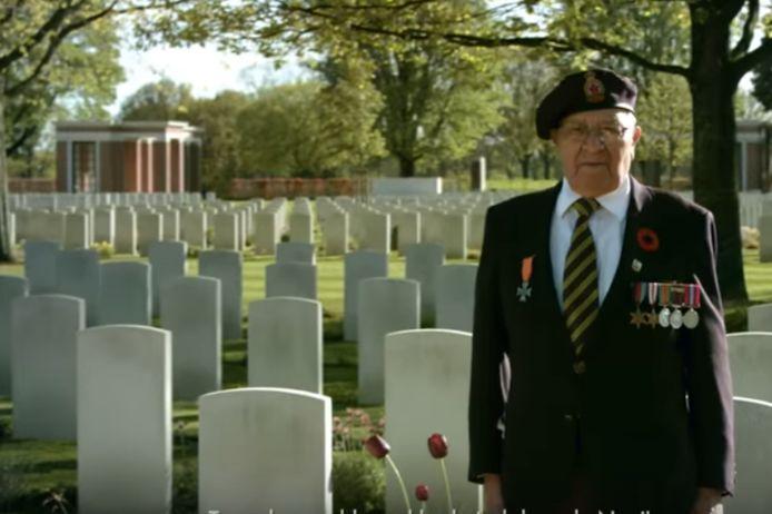 De Canadees/Oekraïense veteraan Wally Bunka in de reclamespot op de begraafplaats in Groesbeek.