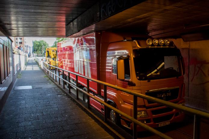 Een vrachtwagen van supermarktketen Dirk heeft zich klemgereden in de Statentunnel in Rotterdam.
