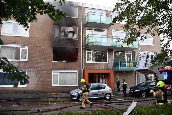 De explosie ontstond op de eerste etage van het complex. Daarbij is een man om het leven gekomen.