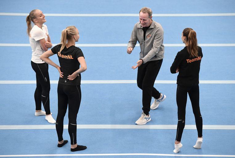 Vincent Wevers hervat de training met de turnsters van TeamNL Naomi Visser, Lieke en Sanne Wevers.  Beeld Marcel van den Bergh / de Volkskrant