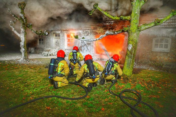 Een grote uitslaande brand vernietigt een woning in Riethoven zondagochtend.