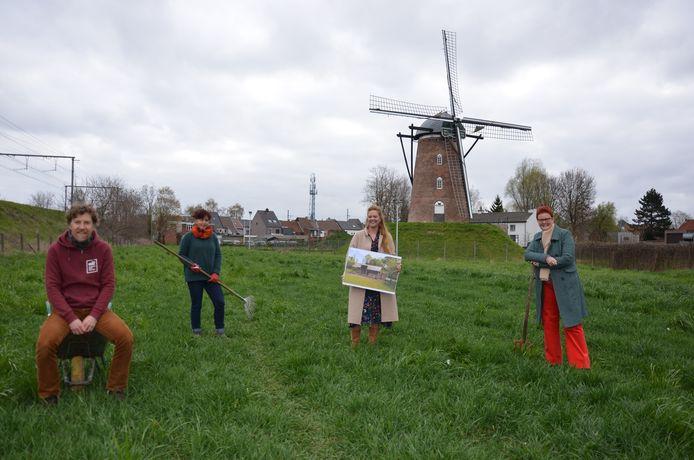 Stijn, Barbara, Kaat en Anniek (niet op de foto: Ivan) op het weiland aan de Heirbrugmolen waar over een jaar Samentuin 't Bonenveld van start gaat.