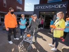 Bewoners Liefkenshoek krijgen 'wonderfoons' cadeau: 'Grappig, ik ga de liedjes zeker meezingen'