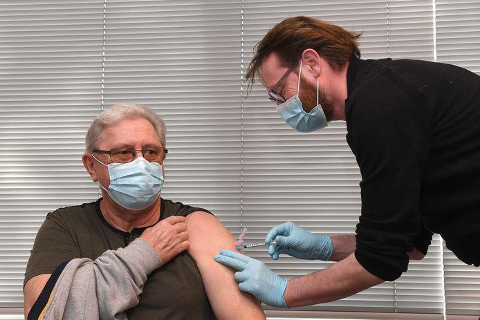 Een 60-plusser wordt gevaccineerd in Cuijk door huisarts Stefan van der Meulen.