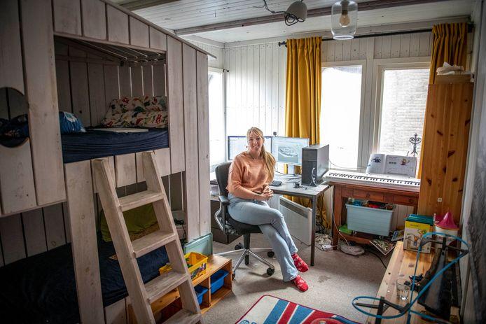 Lies Bekkenkamp werkt tijdelijk vanuit thuis. In 'thuis', dat is voorlopig een houten schottenkeet.