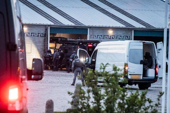 De Bearcat van de politie rijdt de loods in Meinerswijk in Arnhem binnen.