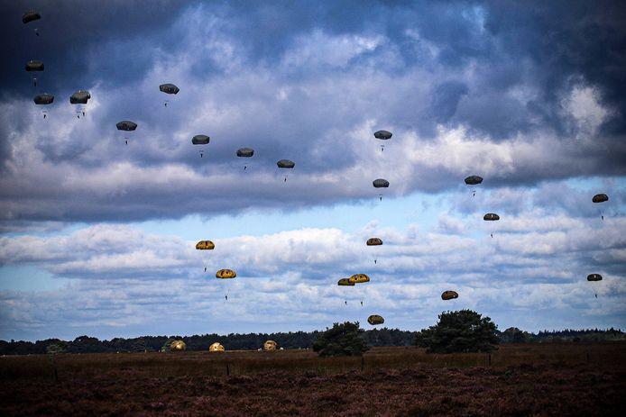 De parachutisten landen in Houtdorperveld, Ermelo.