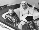 Grace Kelly en prins Rainier groeten het volk vanuit hun open wagen.