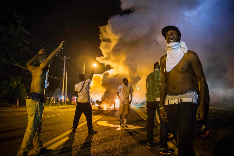 Zware rellen in Ferguson, Missouri, waar een politieagent de zwarte 18-jarige Michael Brown Jr. had doodgeschoten in 2014.    Beeld REUTERS