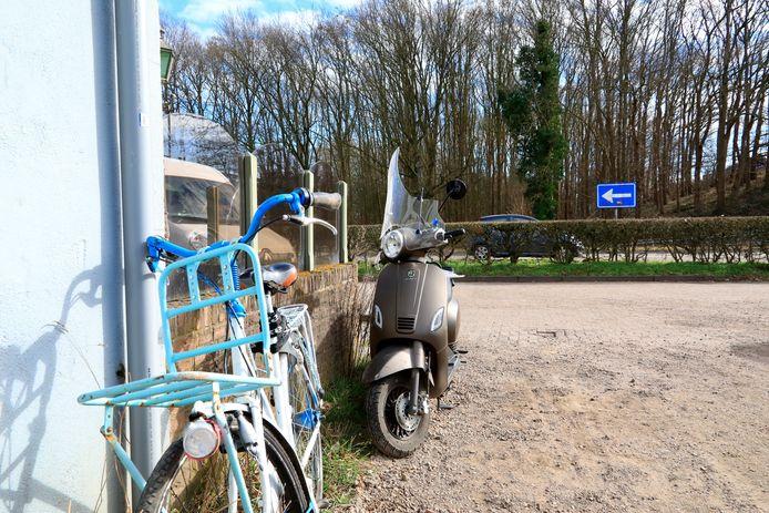 De fiets en de brommer die betrokken waren bij het ongeluk in Amersfoort.