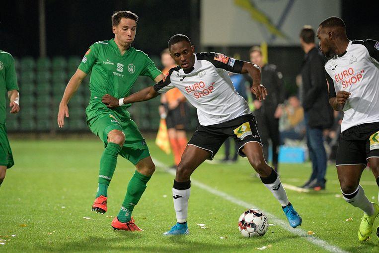 Beeld uit de match van 4 oktober in Lommel: Andzouana houdt Lommelspeler Hendrickx van de bal. De Limburgers  haalden het uiteindelijk met 2-1.Wat wordt het vrijdagavond?
