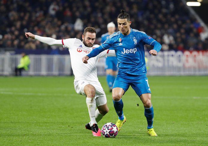 Cristiano Ronaldo in actie tegen Lucas Tousart van Lyon.