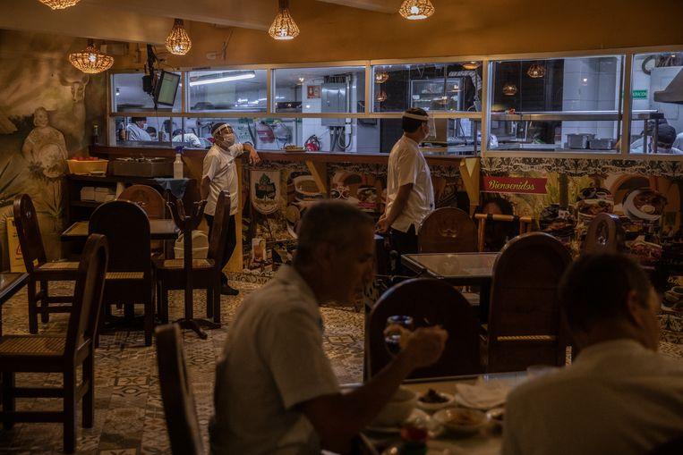 Klanten mogen weer komen eten bij Chaya Maya, nu de deelstaat Yucatan het coronastoplicht op oranje zette.  Beeld Alejandro Cegarra/de Volkskrant