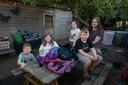 Renee Knol uit Kampen heeft zes kinderen, vier in de basisschoolleeftijd die komende week weer naar school gaan. Vlnr Jerome (5), Nicolette (10), Elaine (11), Antoine (7) en moeder Renee.