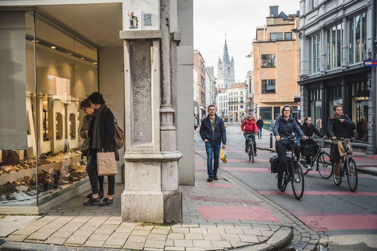 Shoppers en fietsers in de Gentse Kortedagsteeg. Beeld Wannes Nimmegeers