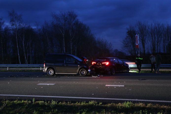 Twee voertuigen die bij de botsing betrokken waren, raakten flink beschadigd.