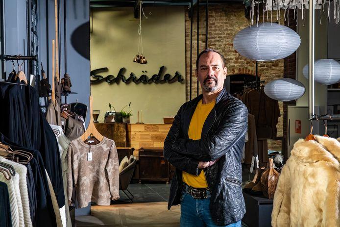 """Frans Schräder: zijn modehuis maakt plaats voor een ander Deventer begrip, Praamstra.  ,,Tegen die verhalen kun je je moeilijk verweren."""""""