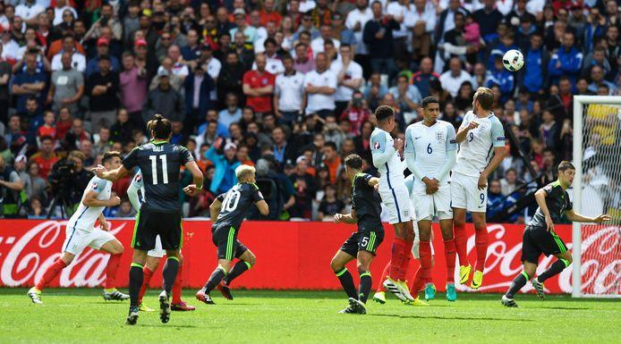 Bale zet Wales op 1-0 met een waanzinnige vrij trap.