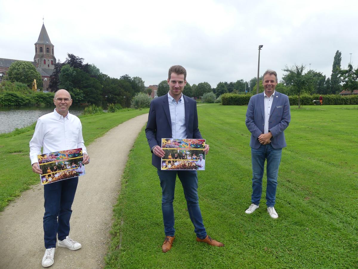 Tom Van Damme (midden) met de Deinse schepen van Feestelijkheden Bruno Dhaenens (links) en burgemeester Jan Vermeulen bij de aankondiging van het Grote Bevrijdingsfeest in het Martinuspark.
