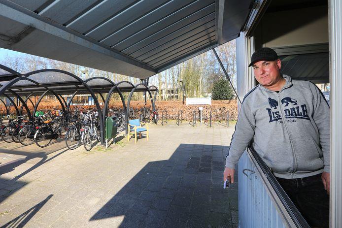 De bewaakte fietsenstalling bij het NS-Station Etten-Leur gaat verdwijnen. Medewerker Hans Weijts (52) gaat werken bij een andere stalling in het centrum van het dorp.