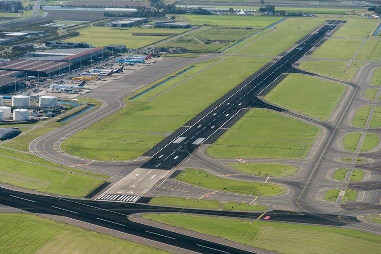 De Kaagbaan van luchthaven Schiphol met de verbinding naar het Cargo platform.  Beeld ANP