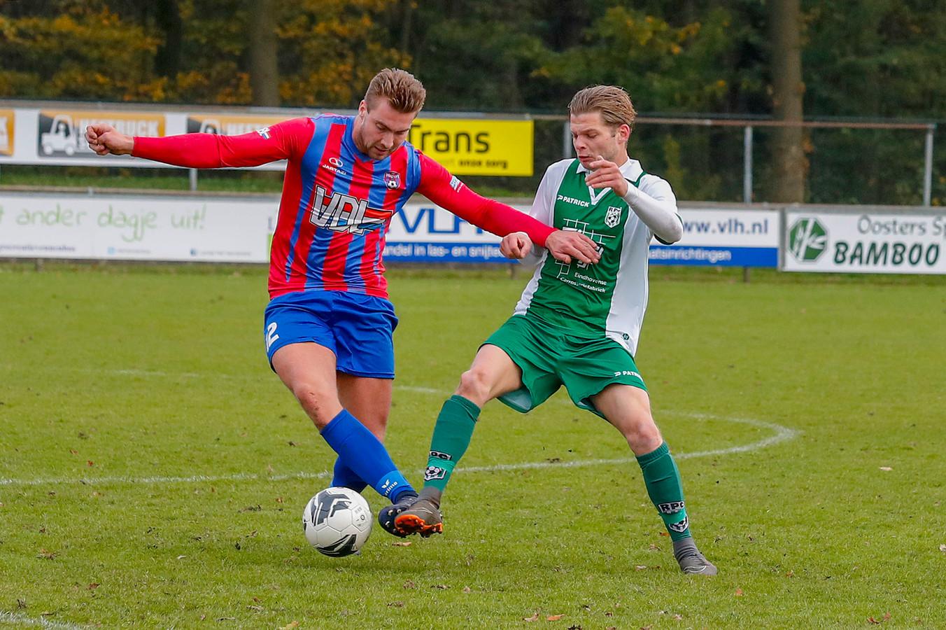 Daan Slaats (rechts) namens RPC in duel met Yorick van Veldhoven van Hapert.