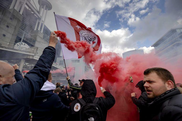 Supporters van Ajax vieren na het duel met FC Emmen de 35ste landstitel uit de clubhistorie. Op het plein bij de Johan Cruijff Arena kwamen twaalfduizend mensen bijeen. Beeld ANP