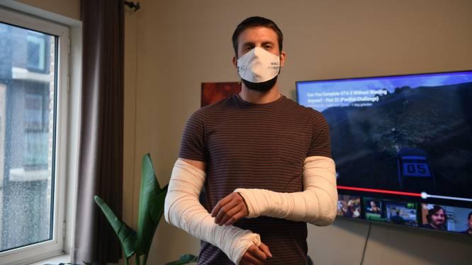 """""""Heeft iemand mij zien vallen? Het is voor de verzekering"""": Siemen (26) breekt beide ellebogen tijdens eerste week als Deliveroo-koerier"""
