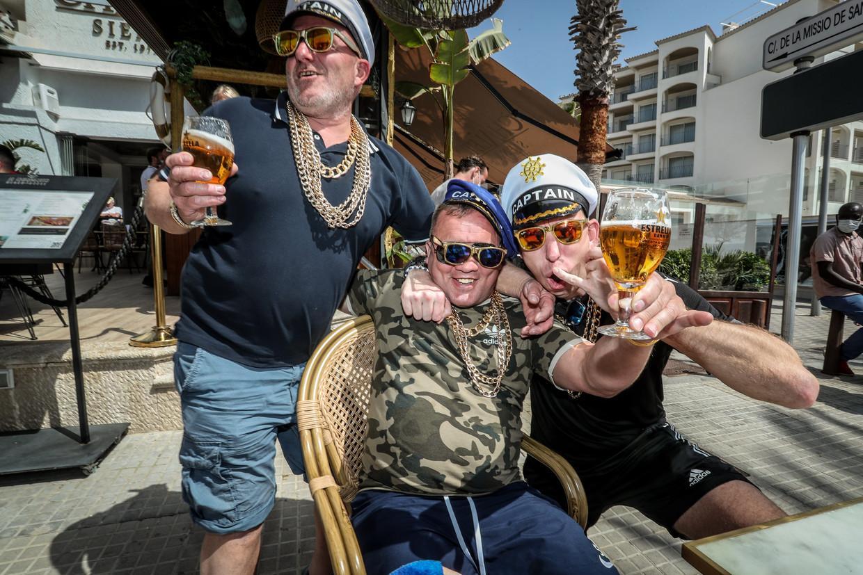 Zuipen in het zonnetje: Duitse toeristen kunnen op Mallorca weer doen alsof er geen corona meer bestaat.  Beeld