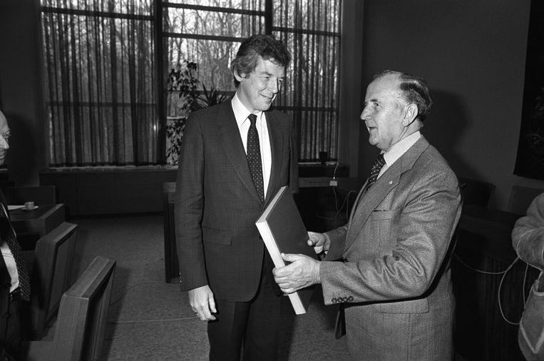 1984: Wim Kok FNV (l) en Chris van Veen VNO hebben het akkoord van Wassenaar getekend. Beeld ANP