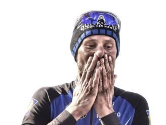 Als een reiger op de fiets vloog hij over de kasseien. Van stofwolk naar stofwolk, van slijk naar slijm