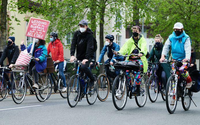 In Berlijn demonstreren mensen op de fiets tijdens de Dag van de Arbeid.